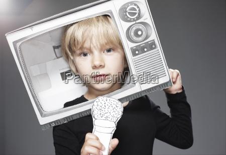 portraet von jungen kopf in papier