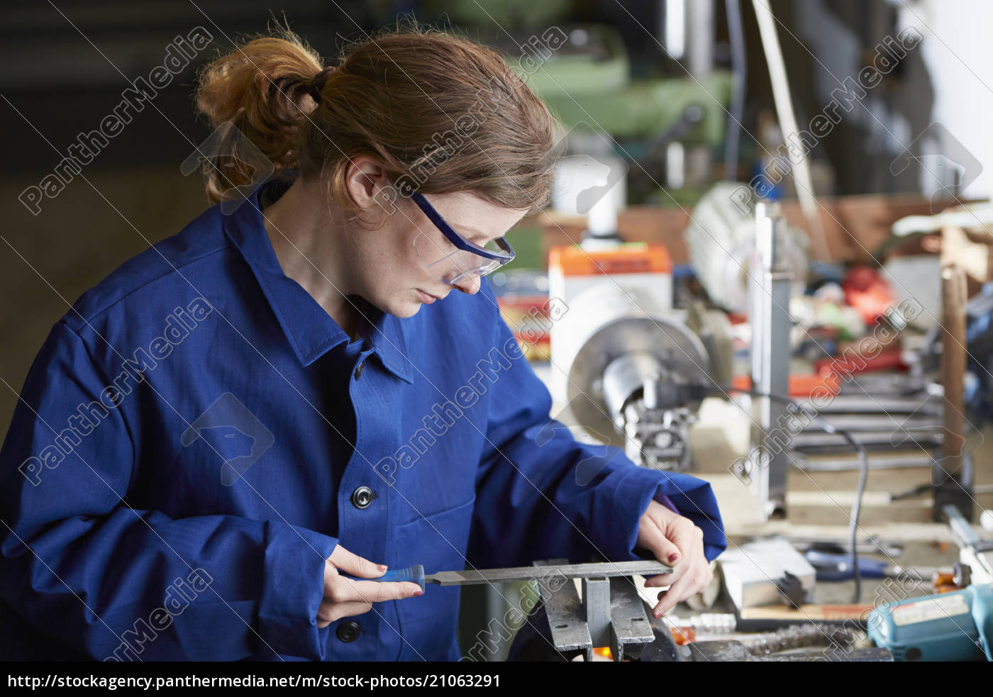 deutschland, kaufbeuren, frauen, die, in, der, verarbeitenden, industrie, arbeiten - 21063291