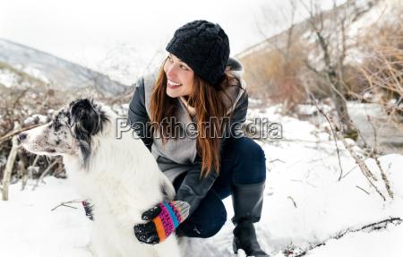 junge frau die mit ihrem hund