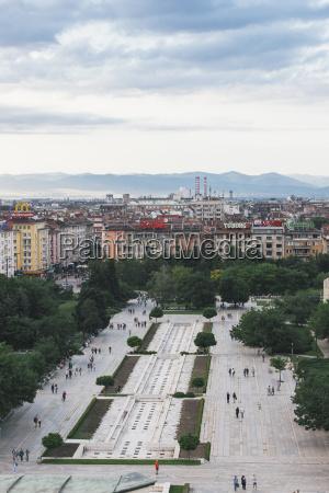 bulgariensofiastadtansichtblick vom nationalen kulturpalast zum park