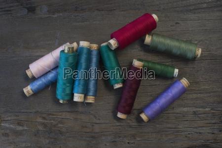 verschiedene alte baumwollrollen auf dunklem holz