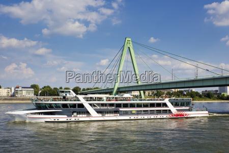 deutschland koeln tourboot auf rhein und