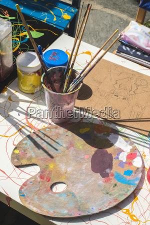 farby i dziecinny sprzet do malowania
