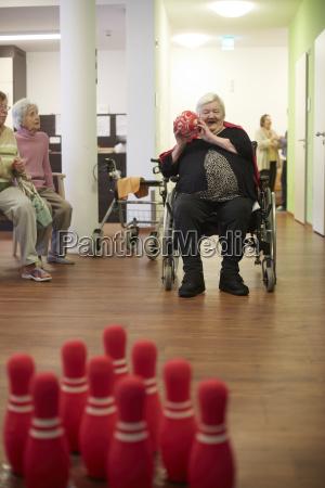 alter verrueckte aeltere frau bowling mit