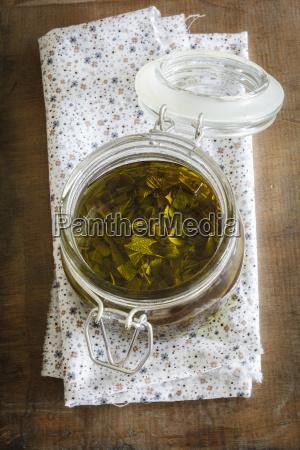 salvia olivenoel im glas auf serviette