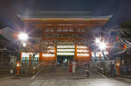 japan kyoto in der nacht menschen