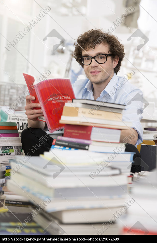 junger, mann, ein, buch, zu, lesen - 21072699