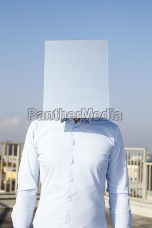 mans gesicht versteckt hinter hellblauem rechteck