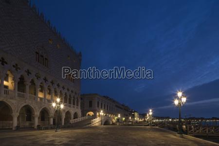 italy venice doges palace at night