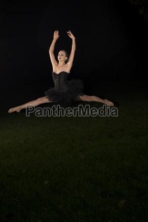 junges balletttaenzerspringen