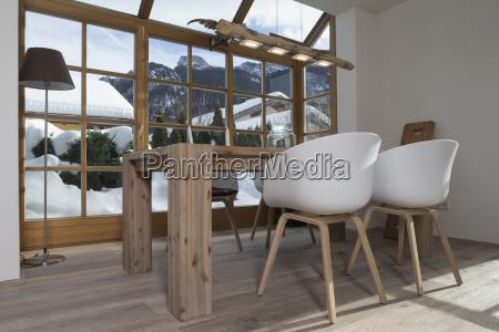 esstisch und designstuehle im wohnzimmer