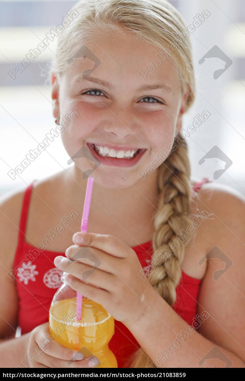 lächelnde, blonde, mädchen, mit, softdrink - 21083859