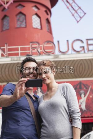 frankreich, paris, paare, die, sich, mit, dem, smartphone, vor - 21085087