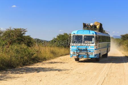 simbabwe reisebus auf einem feldungebissen weg