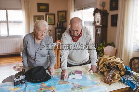 AEltere ehepaare planen eine reise auf