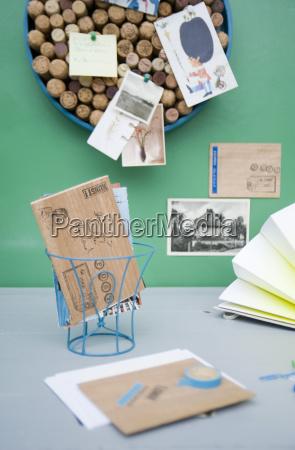 pinwand aus korken holzpostkarten und etikettenhalter