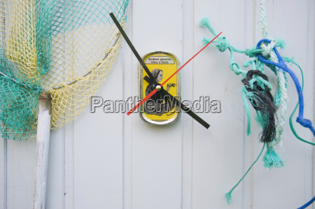 diy clock made from sardine cans