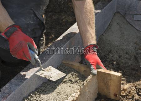 steinmetze arbeiten an einem grab
