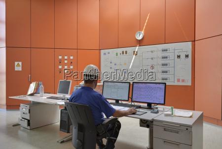 deutschland mann arbeitet im kontrollzentrum der