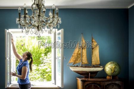 hauptinnenraum mit weinleseschiffmodell und kugel frauenreinigungsfenster