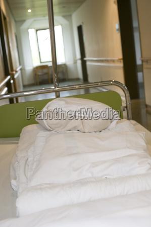 deutschland bayern krankenhausbett im krankenhausflur