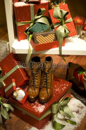 regal mit weihnachtsgeschenken