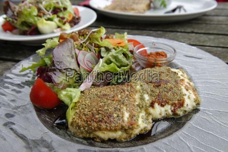 frittierter frischkaese mit kuerbiskruste und salat