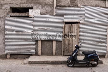 marokko marrakesch neuer motorroller steht vor