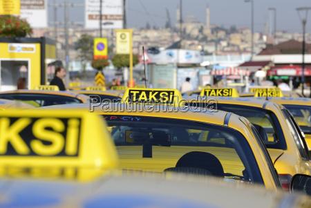 tuerkei istanbul gelbe kabinen im verkehr