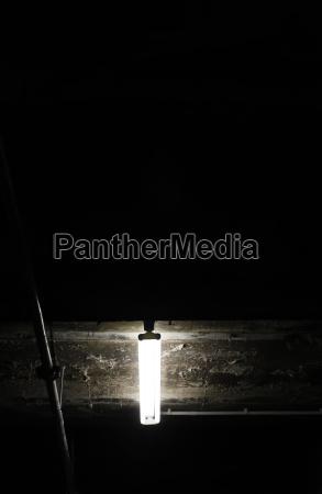 leuchtendes neonlicht im dunkeln