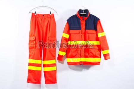rettungsdienstuniform vor weissem hintergrund haengend