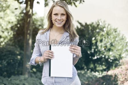 mujer al aire libre posicion fotografia