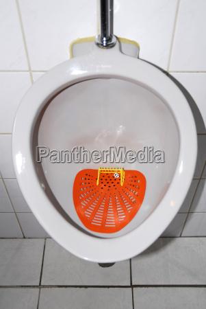 niederlande urinal mit fussballtor und fussball