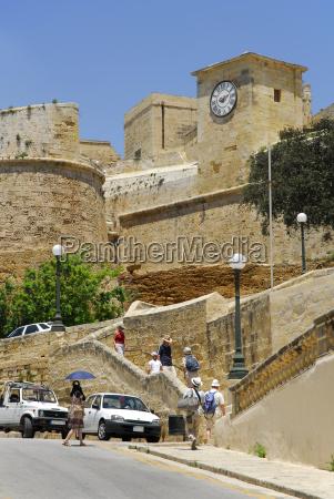 malta touristen naehern sich festung