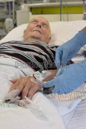 entnahme einer blutprobe von aelteren mann