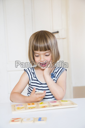 portraet des kleinen maedchens lernfiguren mit
