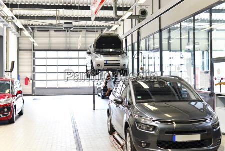 fahrzeuge in der modernen automobilwerkstatt