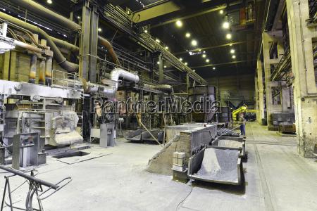 deutschland sachsen arbeiter in einer produktionshalle