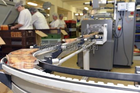 produktionslinie mit cookies in einer lebensmittelverarbeitungsanlage