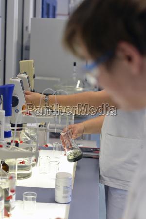 labortechniker untersuchen produkte einer zuckerfabrik