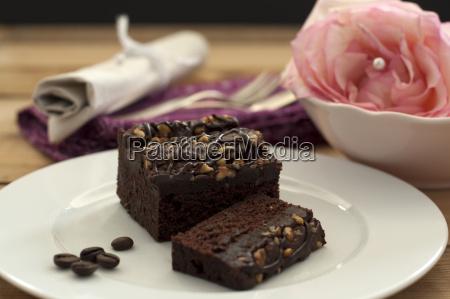 brownie mit geroesteter kaffeebohne auf teller