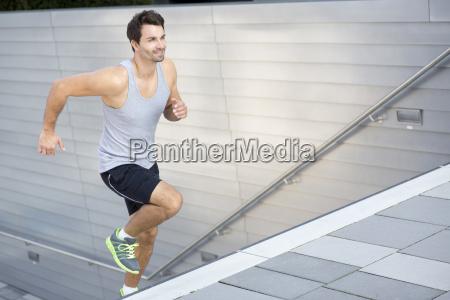 sportler joggen im obergeschoss
