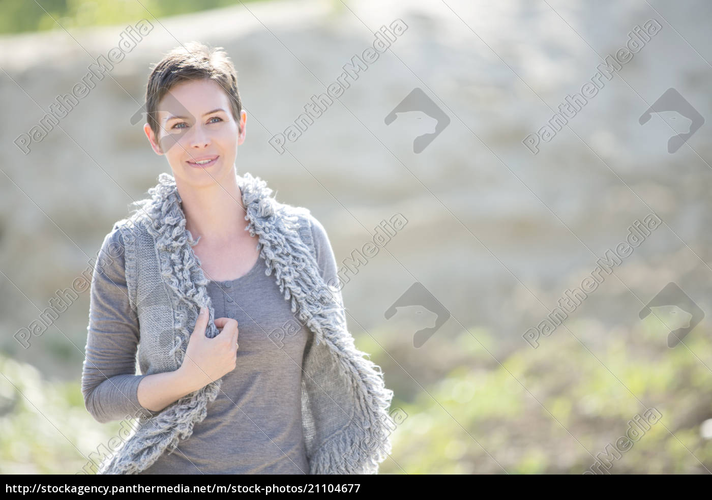 portrait, der, lächelnden, frau, graue, weste - 21104677