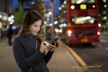freizeit nacht nachtzeit abend strassenpflaster bushaltestelle