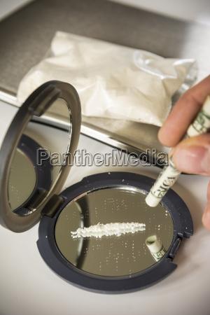 vidrio vaso coque droga reflexion inclinacion