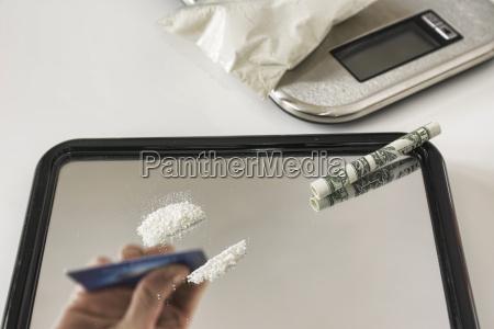 studio person schnueffeln kokain close up