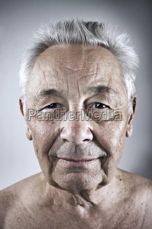 portraet eines laechelnden seniors