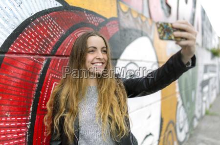 laechelndes teenager maedchen nimmt ein selfie