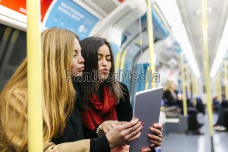 grossbritannien london zwei junge frauen in