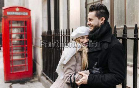 reino unido londres joven pareja enamorada